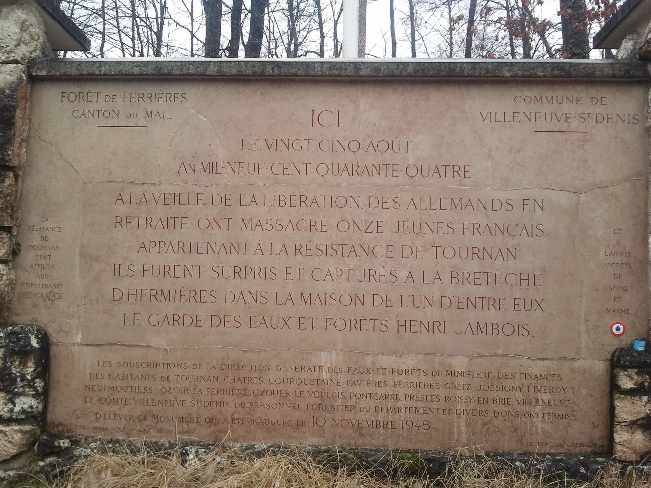 Plaque commémorative à Villeneuve-Saint-Denis